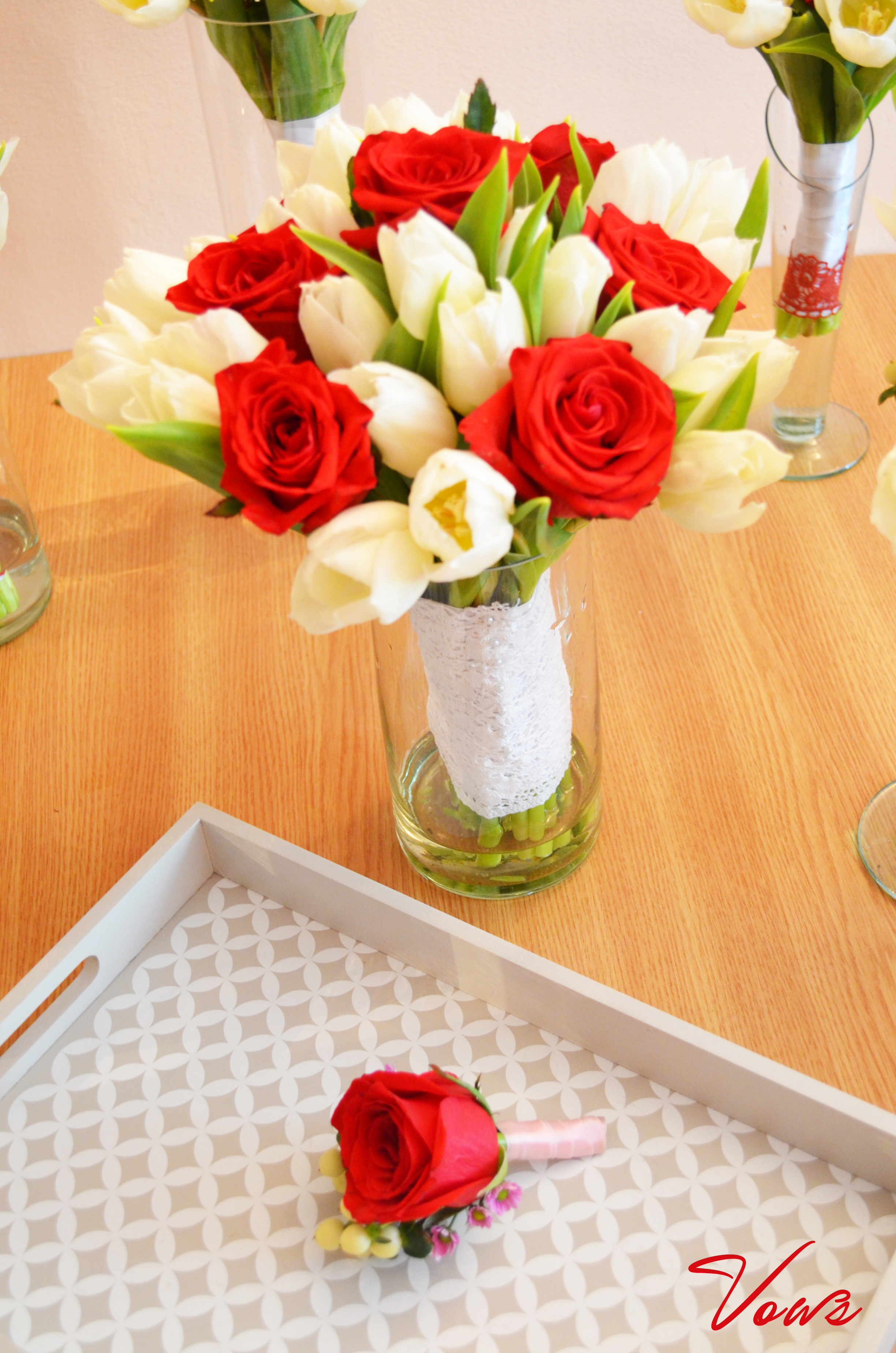 Buchet Mireasa Lalele Albe Si Trandafiri Rosii Floraria Vows
